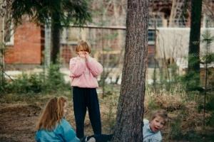 Minä (keskellä) leikkimässä metsässä naapurin Annan ja Jaakon kanssa vuoden 1990 paikkeilla. Kuva: Lauri Pippola.