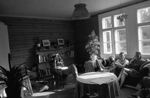 Kansainvälisen työleirin osallistujia ansaitulla tauolla Kapeaveden koululla.