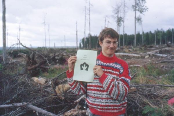 """Jan Kunnas esittelee Metsähallituksen toimintaa Nurmeksen Uuronvaaralla 1992. Paperissa lukee: """"Näin toimii Metsähallitus""""."""