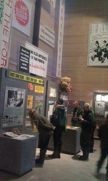 Luonto-Liiton metsäryhmäläiset tutustuivat Luston näyttelyyn UPM:n Haarikon alueelle eli Metsän tarina -elokuvan kuvauspaikoille suuntautuneen maastokartoitusretken yhteydessä 20.10.2013. Kuva: Lauri Kajander.