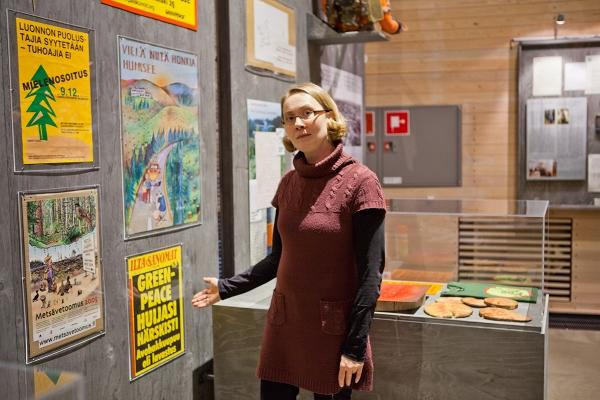Luston amanuenssi Reetta Karhunkorva esittelee lehtileikettä, joka oli ainut metsien suojeluun liittyvä materiaali Luston kokoelmissa ennen ympäristöliikkeen ja metsiensuojelun historian tallennushankkeita.