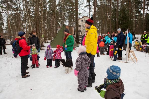 Osallistujat valmiina luonto- ja satupoluille sekä tarinankodan satuihin.
