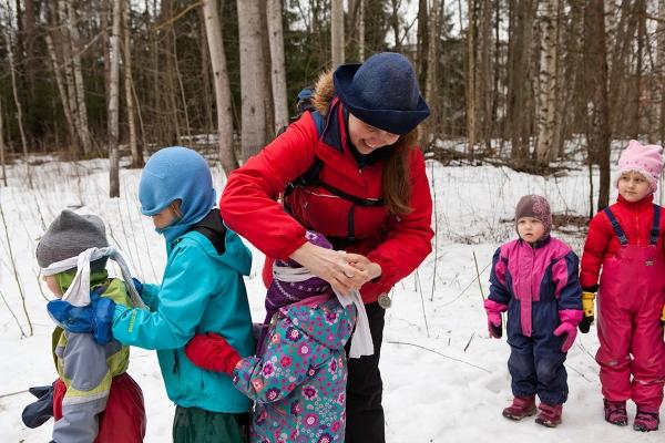 Kiertävän Luontokoulu Naakan Milla Tuormaa johdatti lapset luontopolulle. Matka alkoi silmät sidottuina.