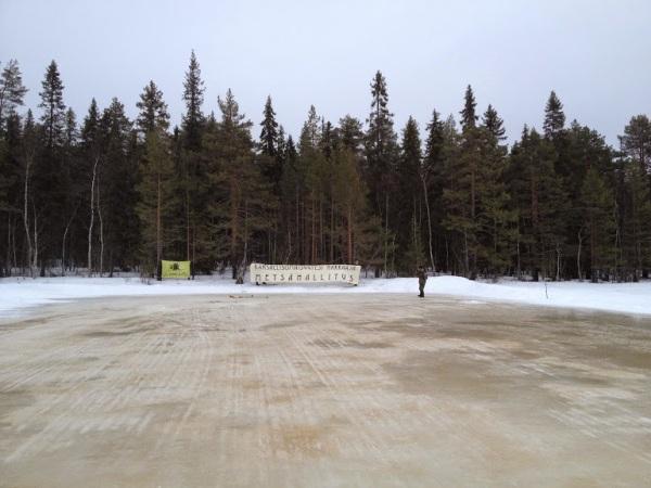 Luonto-Liiton metsäryhmä protestoi metsähallituksen suunnittelemia hakkuita Kumpusaareen johtavan jäätien päässä.